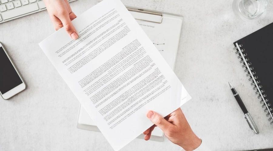 Entrega del contrato de arras a un comprador de vivienda