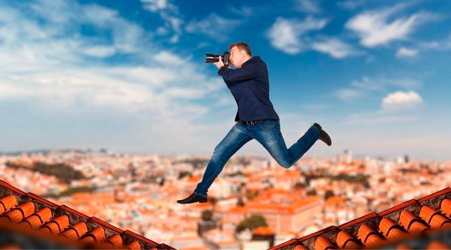 Hombre con una cámara fotografiando pisos.